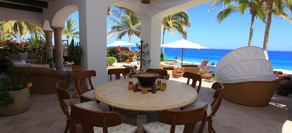 villa 471 outdoor table