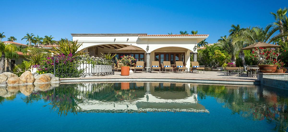 casa de cortes pool front view