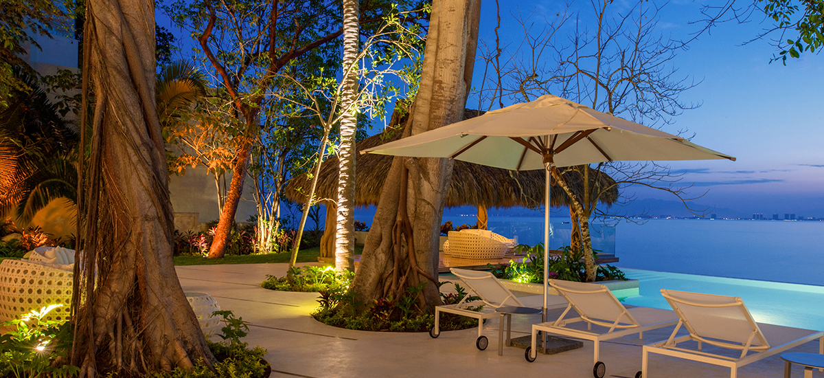 casa papelillos garden night