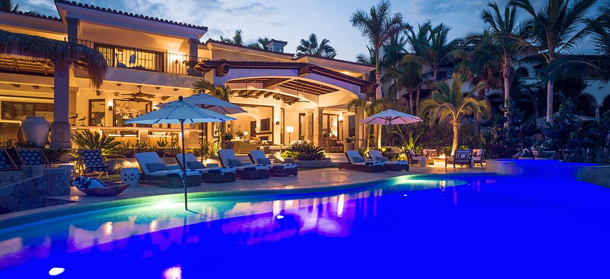 casa roca de pajaro pool night