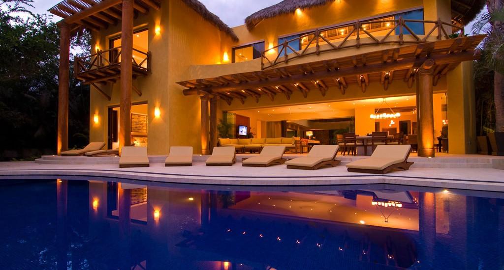 estate cocodrilo pool night