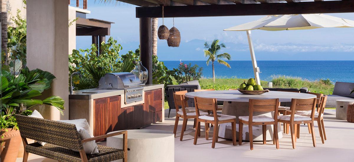 villa estrella exterior table
