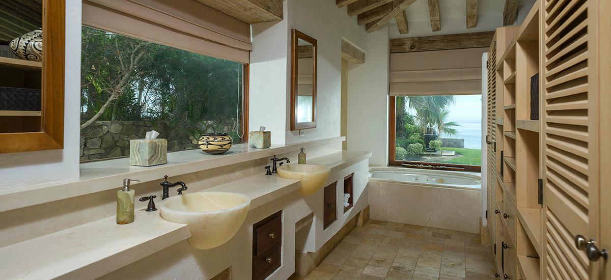 villa piedra blanca bathroom 1