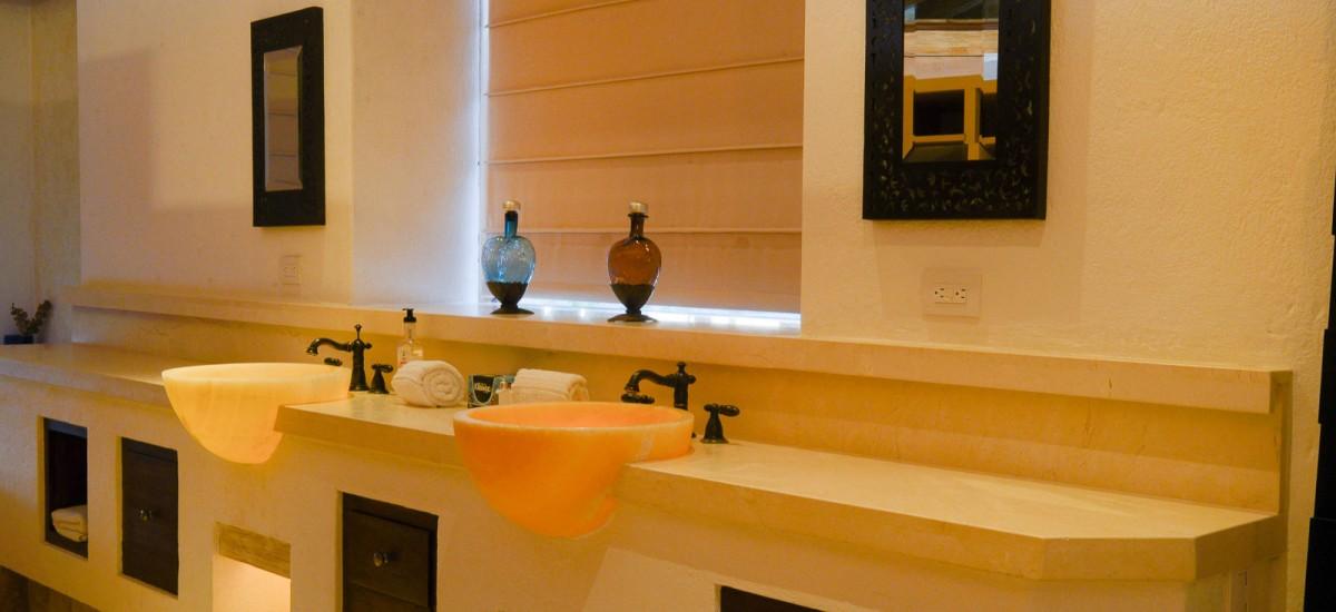 villa piedra blanca bathroom