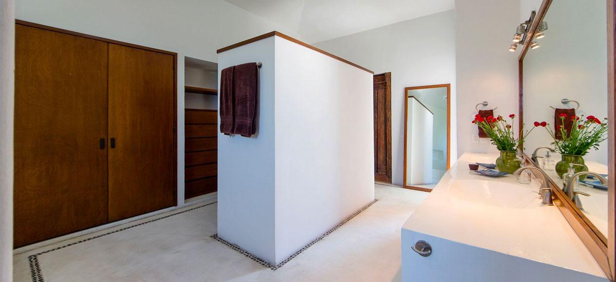 villa punta del cielo bathroom